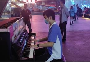 """肌肉型男伫立钢琴两旁,伴随着《Star Sky》音乐节奏,携手走向""""未来"""""""