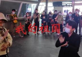 围观奶奶即兴演唱《我的祖国》,引发步行街人群的强烈共鸣!