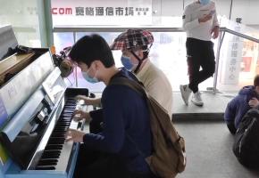 街头偶遇钢琴大师时,会碰出怎样的火花?