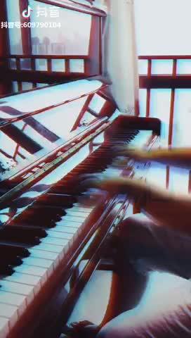 May_is 发布了一个钢琴弹奏视频,欢