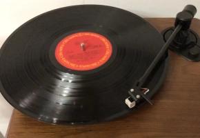 【射雕英雄传】怀念金庸,我用黑胶唱机播放83版《铁血丹心》,神奇的古董播放器,人声充满了人情味。
