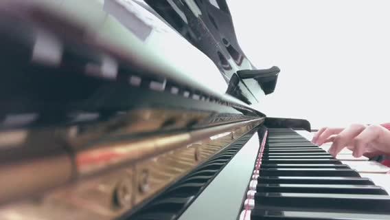 Suis 发布了一个钢琴弹奏视频,欢迎来