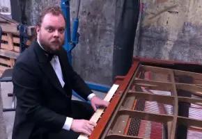 我在琴坊找到了架隐藏款钢琴