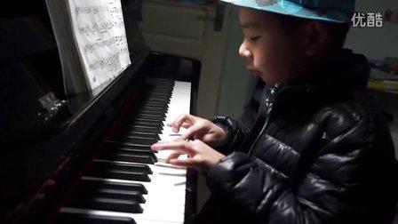 6岁男孩深情专注弹奏说好的幸