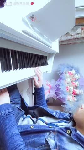 卡农民 发布了一个钢琴弹奏视频,欢迎来围