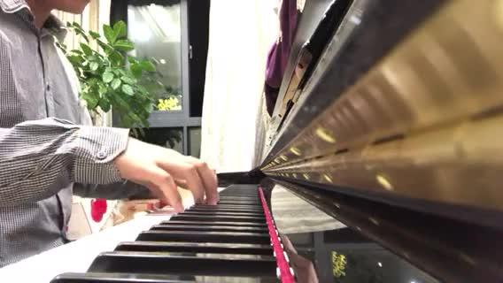 学艺不精重头来 发布了一个钢琴弹奏视频,