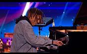 这个小哥弹钢琴的时候突然按了一个键,全场气氛瞬间燃爆