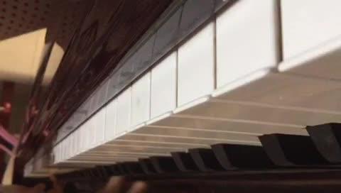 蓝天中的雨露 发布了一个钢琴弹奏视频,欢