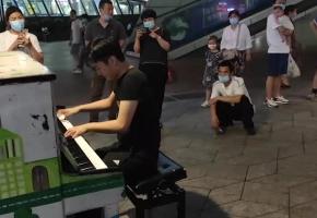 """从前前前世开始,我就一直在追寻你的踪迹!街头钢琴""""寻找""""(弹奏)《前前前世》"""
